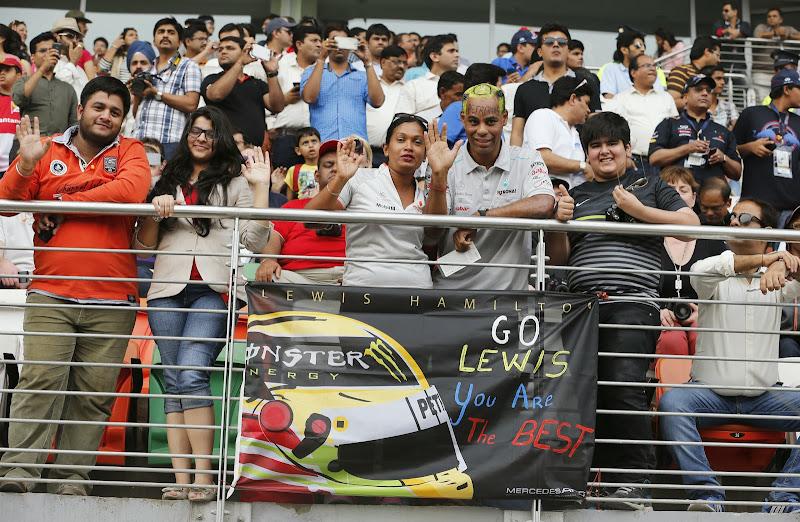 болельщики Льюиса Хэмилтона с баннером Go Lewis You Are The Best на Гран-при Индии 2013