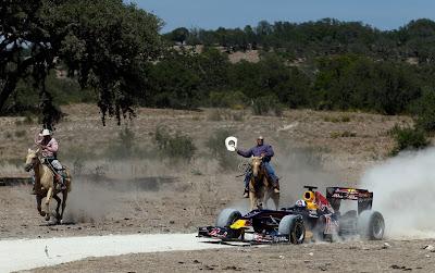 Дэвида Култхарда догоняют два ковбоя на показательных заездах Red Bull в Техасе 19 августа 2011