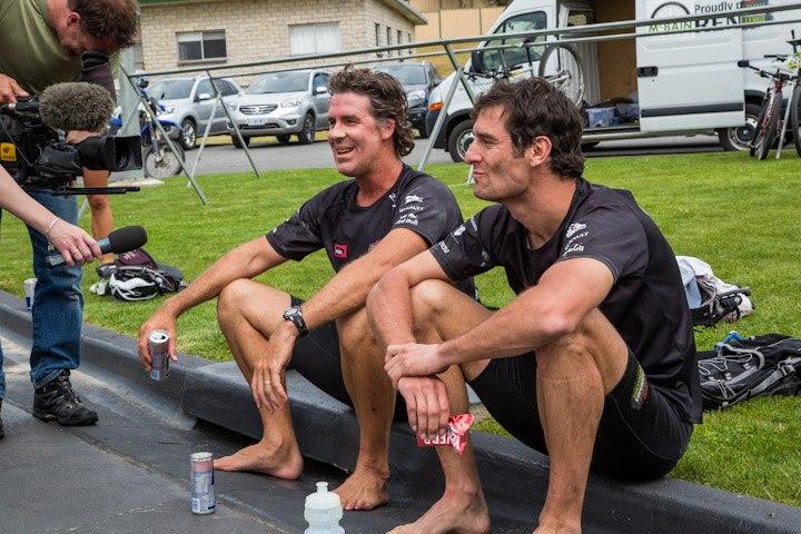 Марк Уэббер с приятелем перекусывают на Tasmania Challenge 2012