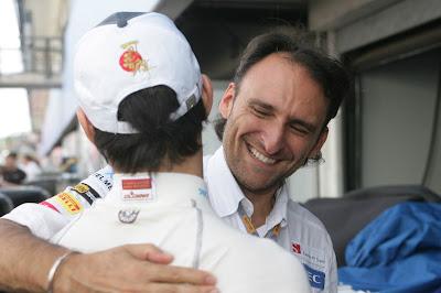 Камуи Кобаяши обнимается с сотрудником Sauber после отличного результата на Гран-при Германии 2012