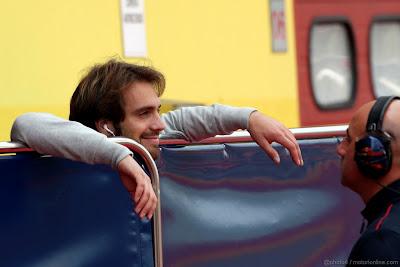 Жан-Эрик Вернь за забором перед своим механиком на тестах в Муджелло 2012