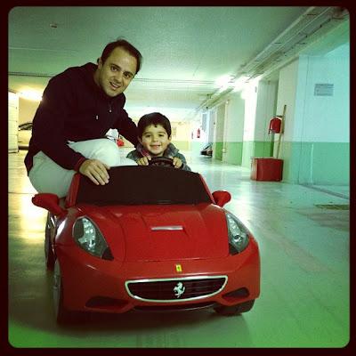 Фелипиньо Масса подвозит Фелипе Масса на игрушечном Ferrari - февраль 2013