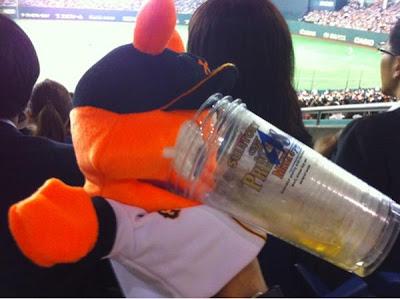 игрушка пьет пиво на бейсбольном матче в Японии