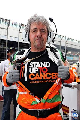 Нил Дики в футболке Stand Up To Cancer на стартовой решетке Гран-при Индии 2012