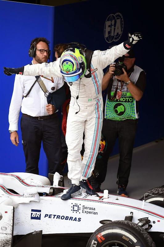 Фелипе Масса на болиде Williams кланяется болельщикам на Гран-при Бразилии 2014