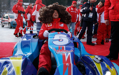 Фернандо Алонсо в пышном парике за рулем карта на Wrooom 2012