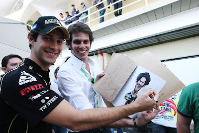 Бруно Сенна ставит автограф на своей карикатуре из книжки VROOOM на Гран-при Бразилии 2011
