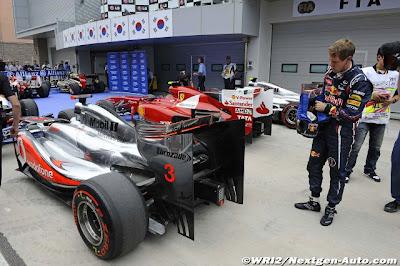 Себастьян Феттель осматривает заднюю часть болида McLaren после квалификации на Гран-при Кореи 2011