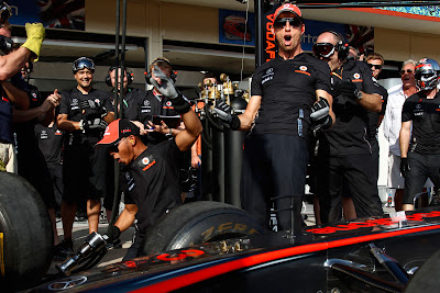 эмоции Льюиса Хэмилтона и Дженсона Баттона после победы на соревновании пит-стопа над BBC на Гран-при Европы 2011