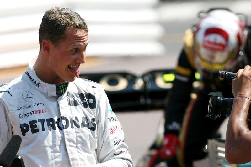 Михаэль Шумахер показывает язык телекамере после квалификации на Гран-при Монако 2012