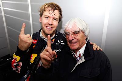 Себастьян Феттель и Берни Экклстоун показывают указательные пальцы на Гран-при Бразилии 2012