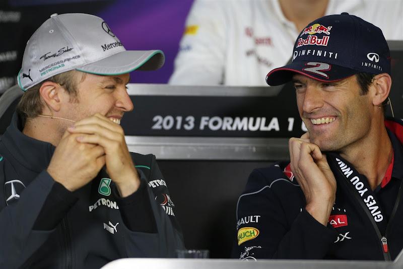 Нико Росберг и Марк Уэббер улыбаются на пресс-конференции в четверг на Гран-при Китая 2013