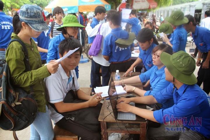 Sinh viên tình nguyện hỗ trợ thí sinh trong mùa tuyển sinh đại học, cao đẳng