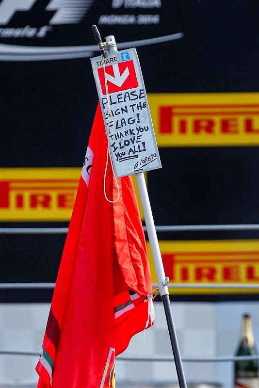 флаг болельщика на подиуме Монцы на Гран-при Италии 2014