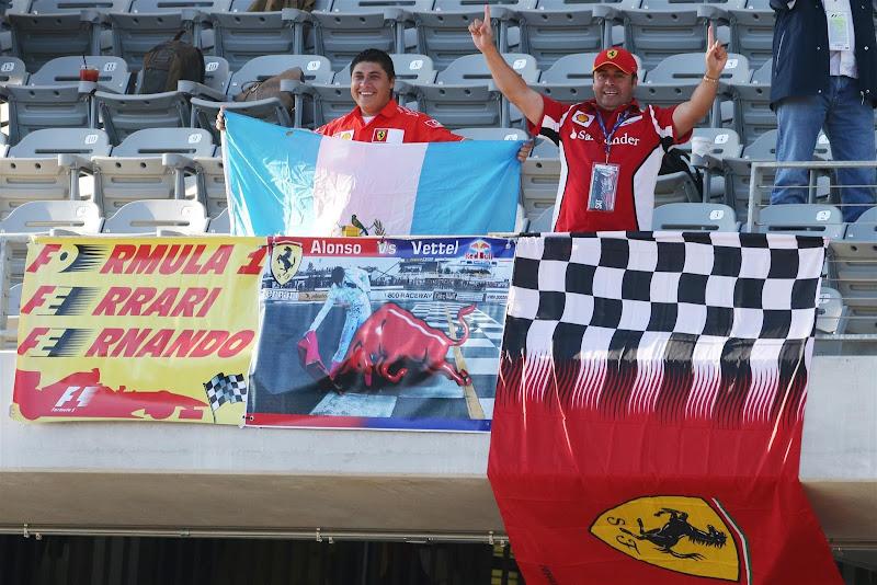 болельщики Фернандо Алонсо и Ferrari с баннерами на трибунах Остина на Гран-при США 2012
