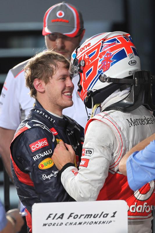 Себастьян Феттель и Дженсон Баттон обнимаются после финиша на Гран-при Австралии 2012