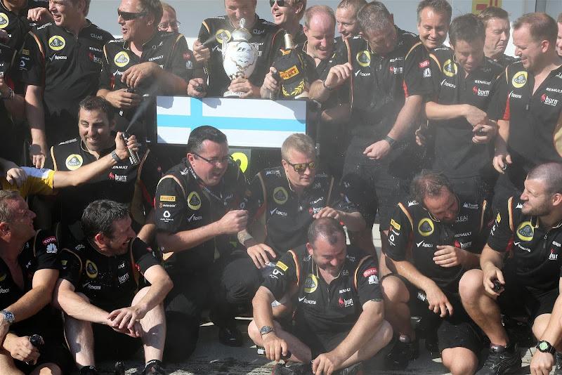 команда Lotus празднует подиум с дезодорантом на Гран-при Венгрии 2013