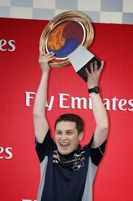 механик Red Bull с победным кубком на подиуме Гран-при Кореи 2013