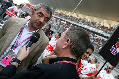 Роуэн Аткинсон дает интервью Мартину Брандлу на стартовой решетке Гран-при Индии 2011