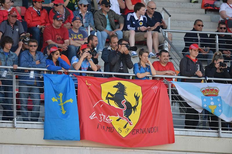 баннер болельщиков Ferrari с быком Red Bull на трибунах Каталуньи на Гран-при Испании 2013