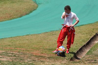 Фернандо Алонсо фэйспалмит после схода во во время первой сессии свободных заездов на Гран-при Бразилии 2011