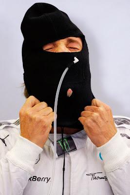 Нико Росберг натягивает подшлемник на Гран-при Бельгии 2014