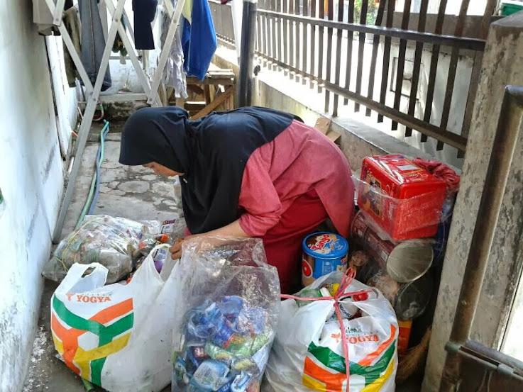 Salah seorang warga bersama sampah yang berhasil dihimpun