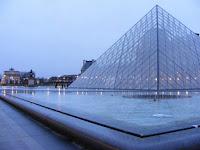 La pirámide es la entrada principal del Museo, aunque cuenta con otras menos concurridas si se llega con antelación