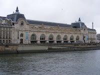 El Museo d'Orsay está al pie del Sena frente al Louvre, dejando la Torre Eiffel al fondo