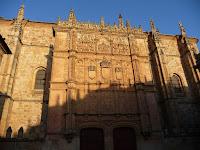 La fachada de la Universidad de Salamanca esconde una rana, y encontrarla es una actividad habitual entre los turistas
