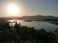 Rodea la villa el Embalse de Gabriel y Galán, visible desde cualquier punto elevado en kilómetros a la redonda