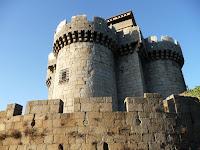 Da la bienvenida a Granadilla el castillo, desde el que se pueden observar los restos de la ciudad rodeados por el embalse