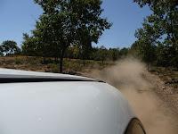 El camino es dificultoso, con un tramo de fina arena que queda pegada al vehículo
