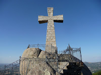 Una gran cruz y enormes piedras de granito ofrecen vistas a la zona