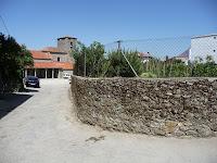 Pese a ser construida en las afueras, las casas de Lagunilla paran de emerger a escasos metros de la iglesia