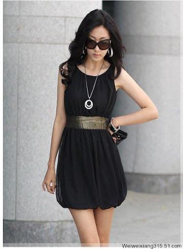 черное платье с золотистым поясом.
