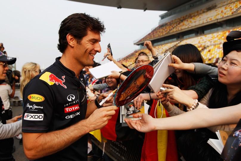 Марк Уэббер раздает автографы болельщикам Шанхая на Гран-при Китая 2011