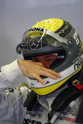 Нико Росберг затыкает нос в шлеме на Гран-при Турции 2011