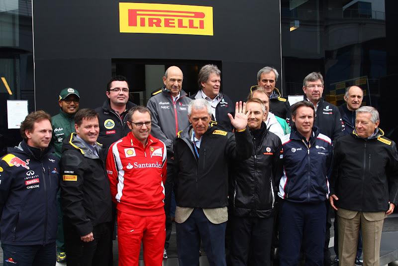 Главы команд Ф-1 на фоне моторхоума Pirelli на Гран-при Турции 2011