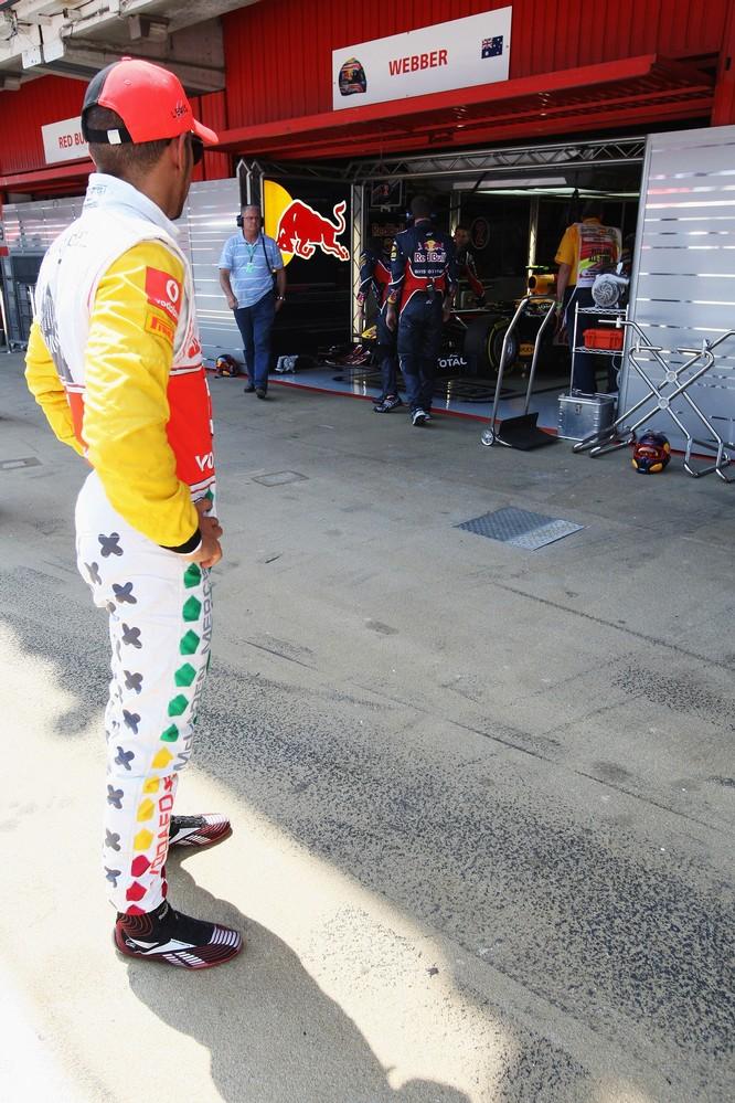 Льюис Хэмилтон следит за боксам Red Bull Марка Уэббера на Гран-при Испании 2011 в субботу