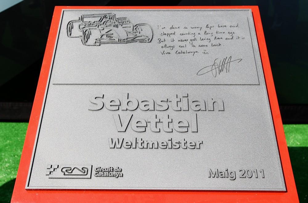 чемпионский монумент Себастьяну Феттелю на трассе Каталунья в Барселоне на Гран-при Испании 2011