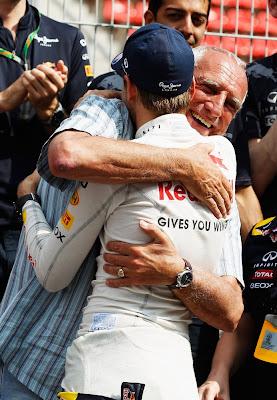 Себастьян Феттель и Дитер Матешиц обнимаются после победы на Гран-при Испании 2011