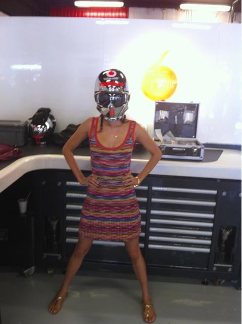 Джессика Мичибата в шлеме механика McLaren в боксах на Гран-при Испании 2011