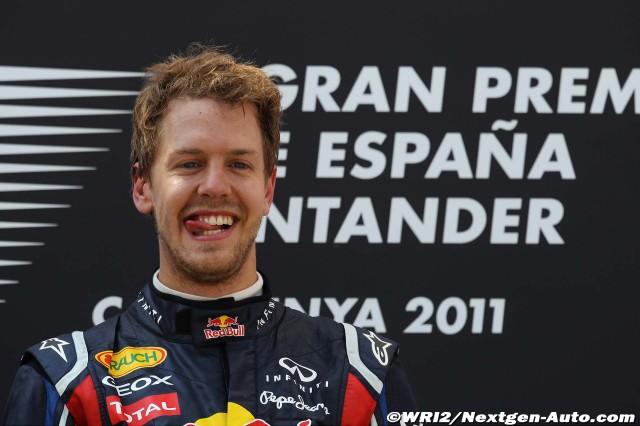 Себастьян Феттель прикусывает язык на подиуме Гран-при Испании 2011