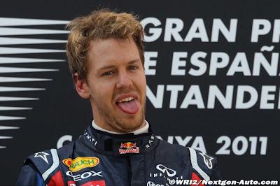 Себастьян Феттель с высунутым языком на подиуме Гран-при Испании 2011