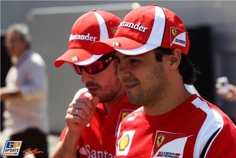 Фернандо Алонсо кашляет позади Фелипе Массы на Гран-при Испании 2011