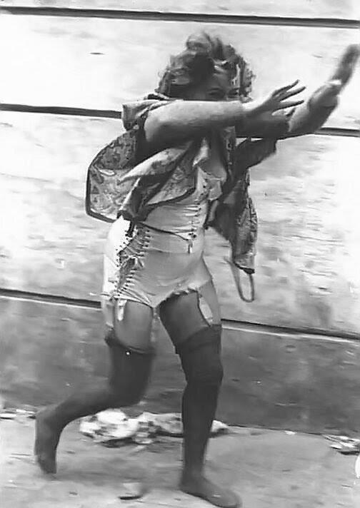 Избиение голых женщин игры