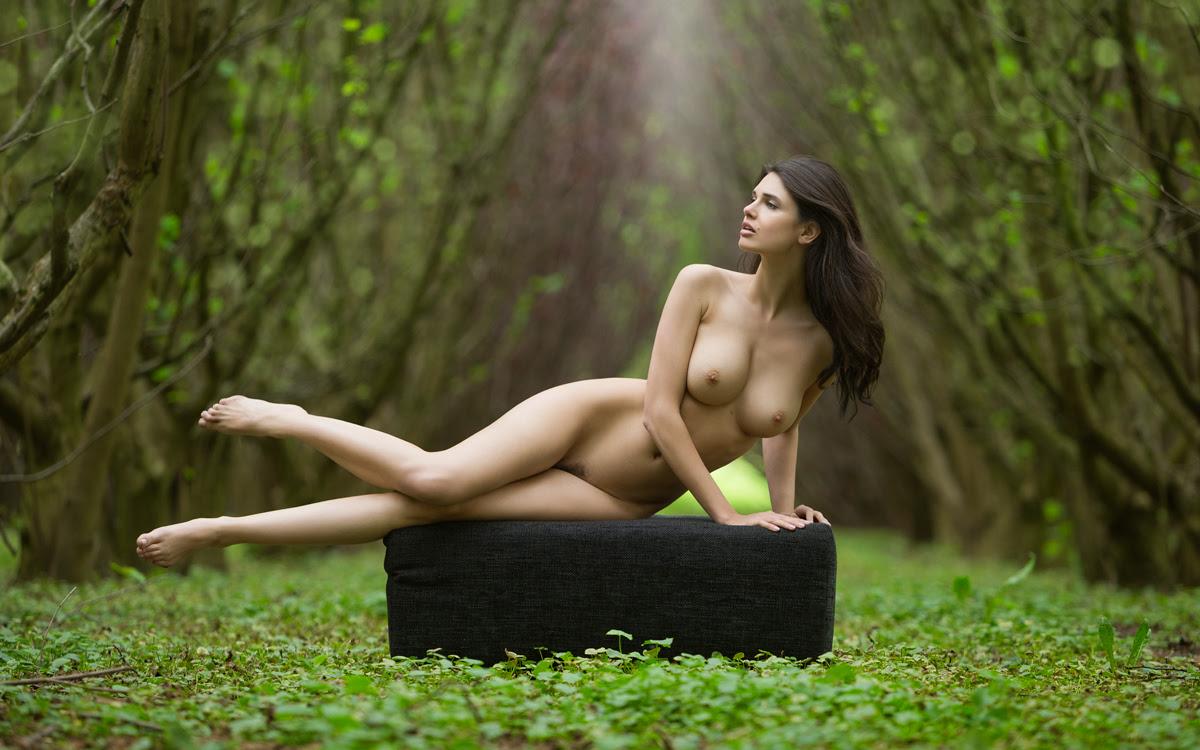 golih-devushek-na-prirode