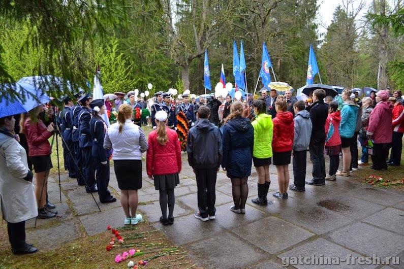 Торжественно-траурный митинг в парке «Сильвия» у памятника героям-комсомольцам 8 мая 2015 года