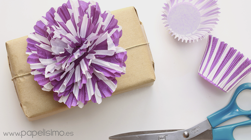 Flores de papel de cupcakes papelisimo for Decorar regalos